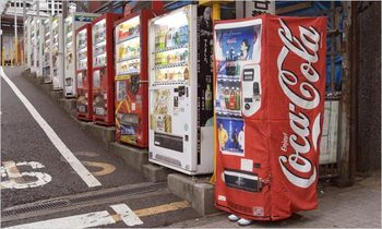 Japanese photo of someone impersonating a drink machine